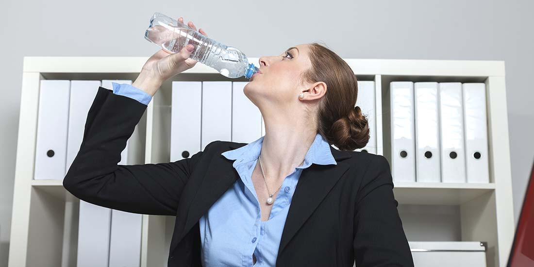 Una botella de agua sobre la mesa