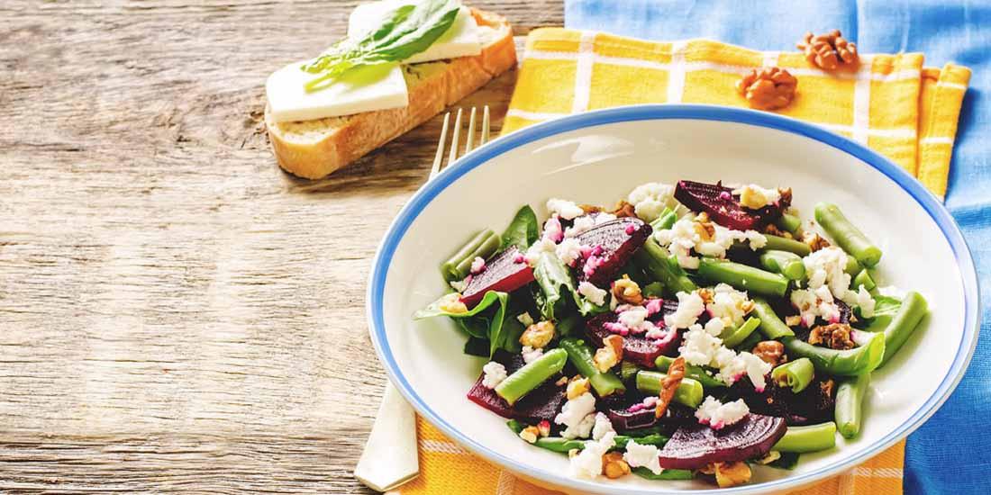 Ensalada de judías verdes con queso de cabra, cebolla y nueces
