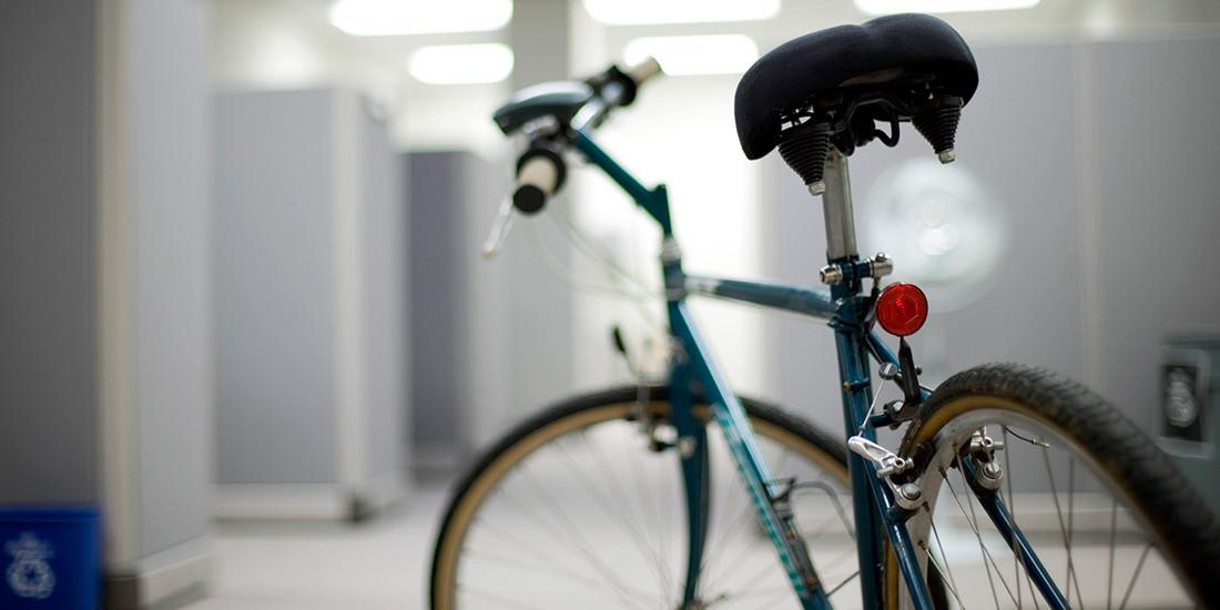 Un 20% de los conductores iría a trabajar en bici si hubiera duchas en la oficina